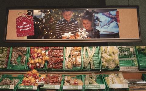 Coop Weihnachtskampagne Min Wiehnachtsmomaent am Gemuesestand im Laden