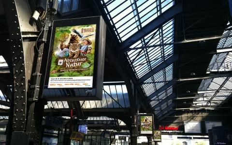 Abenteuer Natur prangt an Schweizer Bahnhöfen.