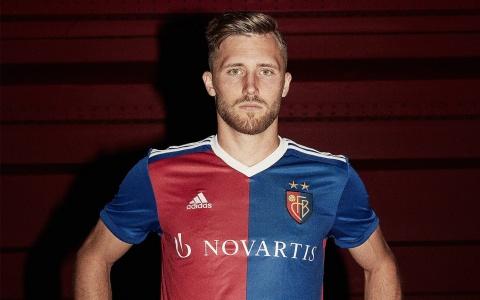 Silvan Widmer im neuen FCB Jubiläumstrikot