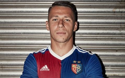 Marek Suchy präsentiert das neue FCB Jubiläumstrikot