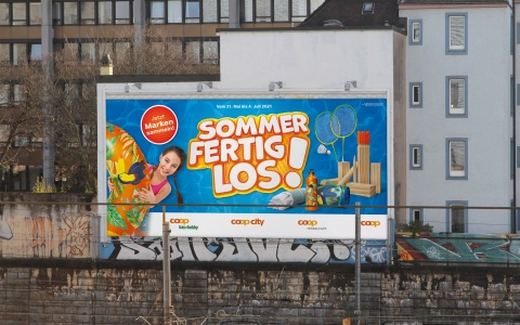 Megaposter der Coop Sammelpromotion 2021 «Sommer Fertig Los!»