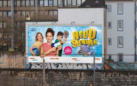 Megaposter der Hello Summer Promotion von Coop