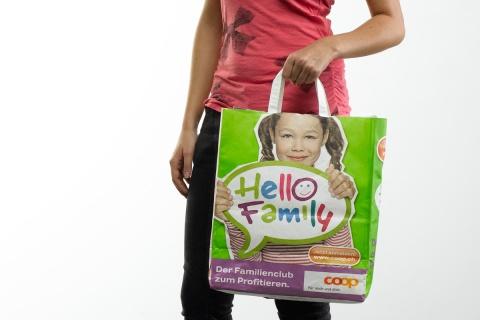 Nimm mich mit: Die Hello Family Tragtasche gab es zur Lancierung.